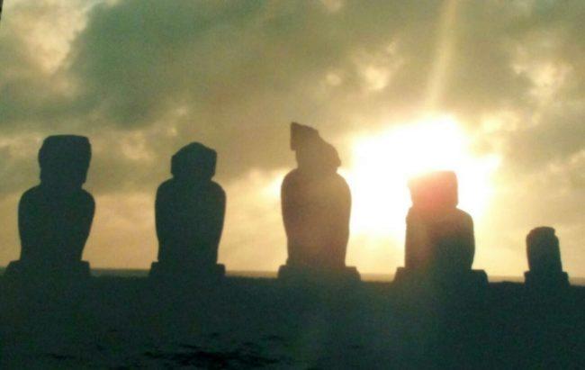 イースター島でたくさんのモアイ像を見た