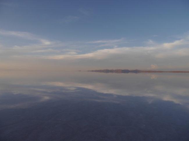 ウユニ湖で宇宙空間に一人立っているかのような体験をする